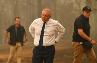 Australia's Prime Minister Scott Morrison (C) visits a resident's property in an area devastated by bushfires in Sarsfield, Victoria state on January 3, 2020. - Australia ordered residents and tourists out of the path of raging bushfires on January 3 as the country braced for a weekend heatwave expected to fan the deadly inferno. (Photo by James ROSS / POOL / AFP)