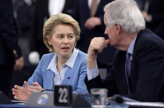 European Commission President Ursula von der Leyen (L) speaks with EU chief Brexit negotiator Michel Barnier (R) ahead of a debate on an ambitious new EU-UK partnership following Brexit, at the European Parliament in Strasbourg, eastern France, on February 11, 2020. (Photo by FREDERICK FLORIN / AFP)