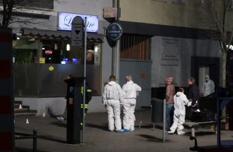 Police and Forensic police investigate the scene of a shooting in Hanau, western Germany, on February 20, 2020. - At least eight people were killed in two shootings late on February 19 near the German city of Frankfurt, with an unknown number of attackers still at large, police said. The shootings targeted shisha bars in Hanau, about 20 kilometres (12 miles) from Frankfurt, according to local media, and police launched a huge manhunt in the town of around 90,000 people. (Photo by Yann Schreiber / AFP)