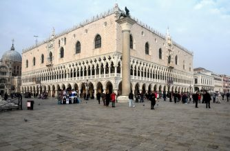 A picture taken on February 25, 2020 shows the San Marco square in Venice, during the usual period of the Carnival festivities which have been cancelled following an outbreak of the COVID-19 novel coronavirus in northern Italy. - Italy's new coronavirus spread south on February 25 to Tuscany and Sicily, as the civil protection agency reported a surge in the number of infected people and Rome convened emergency talks. (Photo by ANDREA PATTARO / AFP)
