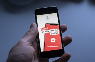 The Screen of a special aplication for people under quarantine is seen on a smartphone in Warsaw, Poland on March 20, 2020. - Polish Ministry of Digital Affairs developed aplicattion whitch is designe for people staying in their houses under mandatory quarantine to prevent the spread of new corounavirus COVID-19. (Photo by Wojtek RADWANSKI / AFP)
