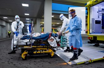 "This handout photo made available by the German Bundeswehr armed forces shows medical staff transporting a French patient infected with the novel coronavirus from an ambulance car to the intensive care ward of the Bundeswehrkrankenhaus hospital of the German armed forces Bundeswehr in Ulm, southwestern Germany, after the patient was flown in from France to get medical treatment, on March 29, 2020. (Photo by Bjoern HOSSFELD / BUNDESWEHR / AFP) / RESTRICTED TO EDITORIAL USE - MANDATORY CREDIT ""AFP PHOTO / Bundeswehr / Björn Hoßfeld - NO MARKETING NO ADVERTISING CAMPAIGNS - DISTRIBUTED AS A SERVICE TO CLIENTS"