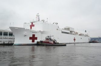 The USNS Comfort is docked at Pier 90 on March 30, 2020 in New York. - A military hospital ship arrived in New York Monday as America's coronavirus epicenter prepares to fight the peak of the pandemic that has killed over 2,500 people across the US. The navy's 1,000-bed USNS Comfort entered a Manhattan pier around 10:45 am (1545 GMT). It will treat non-virus-related patients, helping to ease the burden of hospitals overwhelmed by the crisis. (Photo by Bryan R. Smith / AFP)