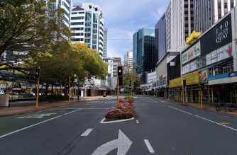 The normally-busy central business district (CBD) stands deserted after the Level 4 lockdown came into force, in Wellington on March 26, 2020. - New Zealand at midnight on March 26 imposed a four-week lockdown in a bid to smother coronavirus infection rates and avoid the mass fatalities seen elsewhere in the world. (Photo by Marty MELVILLE / AFP)