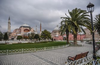A picture taken on April 1, 2020 shows the empty square of the iconic Hagia Sophia in Istanbul after Turkish officials have repeatedly urged citizens to stay home and respect social distancing rules. - More than 200 people have died from COVID-19 (the novel coronavirus) in Turkey, which has ramped up tests to more than 15,000 a day, Turkish Health Minister announced on March 31, 2020. (Photo by Ozan KOSE / AFP)