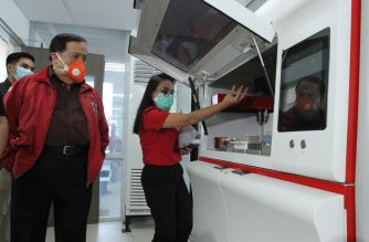 (File photo) PRC chairman and CEO Sen. Richard Gordon inside the PRC molecular laboratory in the PRC national headquarters in Mandaluyong City. Courtesy Philippine Red Cross (PRC)