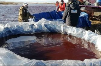 "This handout photograph released by the Marine Rescue Service of Russia on June 4, 2020, shows rescuers as they pump out pollutions of a large diesel spill in the Ambarnaya River outside Norilsk. - Russian President Vladimir Putin on June 3, ordered a state of emergency and criticised a subsidiary of metals giant Norilsk Nickel after a massive diesel spill into a Siberian river. The spill of over 20,000 tonnes of diesel fuel took place on May 29, 2020. A fuel reservoir collapsed at a power plant near the city of Norilsk, located above the Arctic Circle, and leaked into a nearby river. (Photo by Yuri KADOBNOV / Marine Rescue Service / AFP) / RESTRICTED TO EDITORIAL USE - MANDATORY CREDIT ""AFP PHOTO / MARINE RESCUE SERVICE OF RUSSIA "" - NO MARKETING - NO ADVERTISING CAMPAIGNS - DISTRIBUTED AS A SERVICE TO CLIENTS"