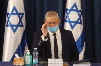 """Israeli alternate Prime Minister and Defence Minister Benny Gantz attends the weekly cabinet meeting in Jerusalem while wearing a protective mask due to the COVID-19 pandemic, on June 7, 2020. - Netanyahu urged world powers to reimpose tough sanctions against Iran, vowing to curb Tehran's regional """"aggression"""" hours after another deadly strike on pro-Iranian fighters in Syria. (Photo by Menahem KAHANA / AFP)"""
