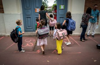 Parents and children arrive at the Jules Julien elementary school in Toulouse, southern France, on June 22, 2020 following the reopening of schools as France eases lockdown measures taken to curb the spread of the COVID-19 (the novel coronavirus). (Photo by Lionel BONAVENTURE / AFP)