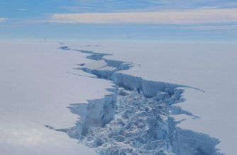 """A screengrab made on July 14, 2017 from a video released by the British Antarctic Survey shows the rift in the Larsen C Ice Shelf, on the Antartic Peninsula, in February 2017. - Observations from February 2017 show the growing crack in the ice shelf which suggests that an iceberg with an area of more than 5,000 km² is likely to calve soon. (Photo by STRINGER / BRITISH ANTARCTIC SURVEY / AFP) / RESTRICTED TO EDITORIAL USE - MANDATORY CREDIT """"AFP PHOTO / BRITISH ANTARCTIC SURVEY"""" - NO MARKETING NO ADVERTISING CAMPAIGNS - DISTRIBUTED AS A SERVICE TO CLIENTS - NO RESALE"""