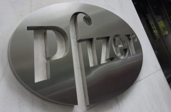 (FILES) In this file photo the Pfizer company logo is seen in front of Pfizer's headquarters April 27, 2016 in New York. - BioNTech of Germany and the US pharmaceutical giant Pfizer reported  positive preliminary results on July 1, 2020 from a joint project to develop a coronavirus vaccine. Known as BNT162b1, it produces antibody responses at or above the levels seen in any convalescent serum -- blood from people who have recovered -- at relatively low doses, according to BioNTech CEO Ugur Sahin. (Photo by Don EMMERT / AFP)