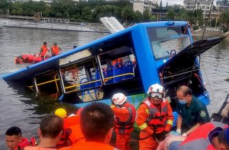 Rescuers work after a bus plunged into a lake in Anshun in China's southwestern Guizhou province on July 7, 2020. - At least 21 people were killed when a bus carrying students to their annual college entrance exam plunged into a lake in southwest China on July 7, authorities and state media said. (Photo by STR / AFP) / China OUT