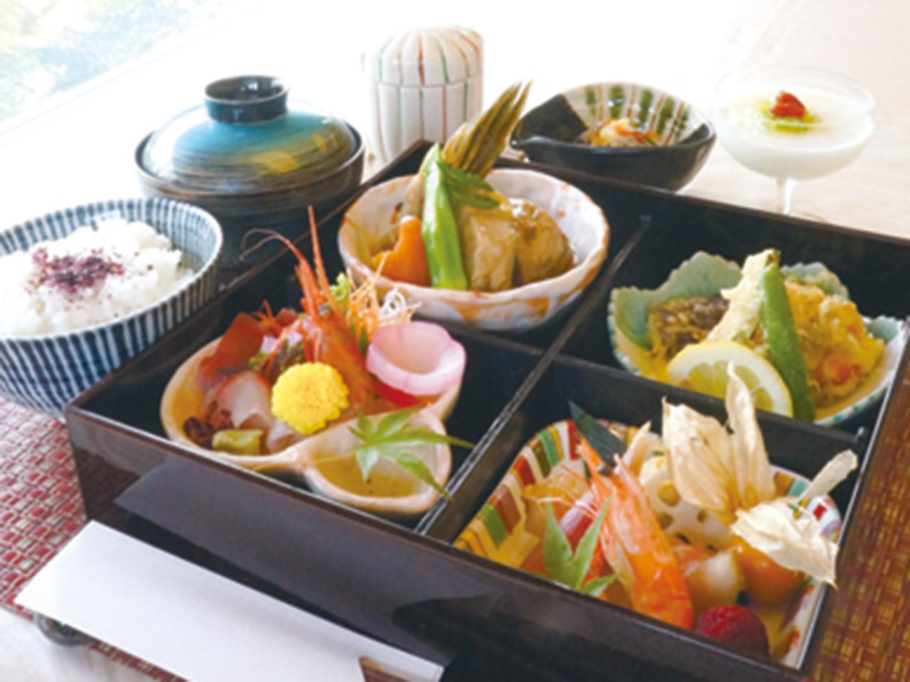 ランチの「松華堂弁当」(各1,600円・税込1,728円)は季節の刺身、天ぷら、煮物、茶碗蒸しなどがつく。8月末まで10%OFF+コーヒー付き。 ※他券・他サービス併用不可