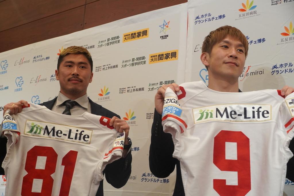 元ブリリアン「コージ・トクダ」選手(右)、プロアメリカンフットボール選手「栗原嵩」選手(左)