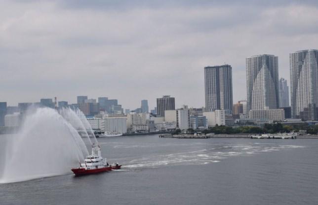 東京消防庁の消防艇「みやこどり」の放水歓迎をうけながら晴海埠頭に着岸しました。