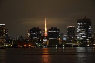 ビルの谷間に真赤な東京タワーが輝いて、見送ってくれました。