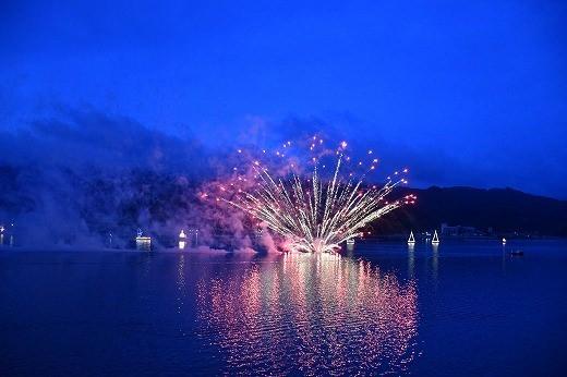 飛鳥クルーズ就航25周年記念「大船渡港 水中花火」が行われ、大船渡港の夜空に大輪の花を描きました。