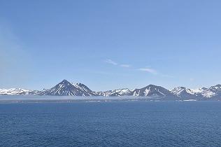 長く続く雪を頂いた山々が出現。今までにない感動と景色。