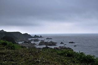 日本海の海岸線すれすれにガタンゴトン進む。(五能線)