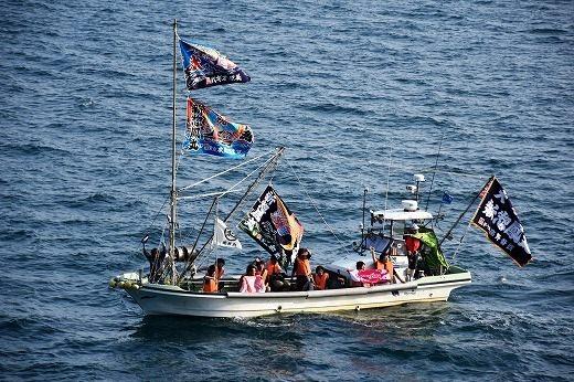 何艘もの漁船が、大漁旗をなびかせて見送ってくれた。