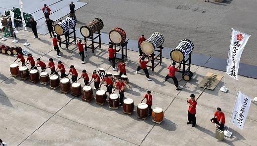 金沢入港では「加賀豊年太鼓」の力強い音とリズムで歓迎を受けた。