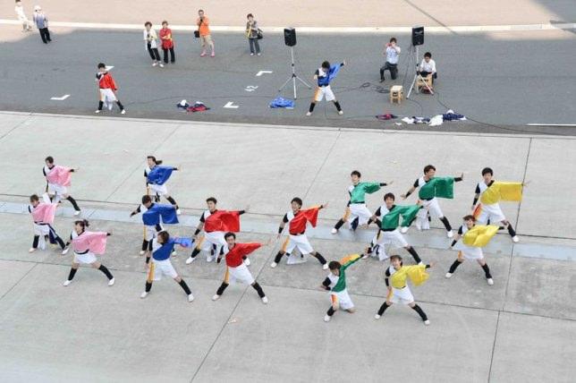 地元の大学生のよさこいチームの踊りと高校生のマーチングバンドから暖かいお見送りをいただきました。
