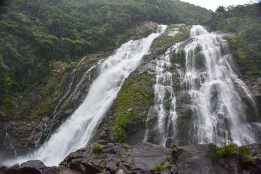 大川の滝へ。土砂降りの中、滝の水量も多くかなりの迫力がありました。