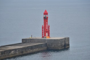 よく見ると灯台がロケットの形をしてる!