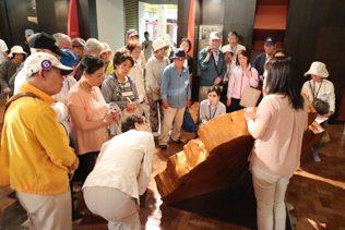 屋久杉自然館で屋久島の杉の説明を受けたました。