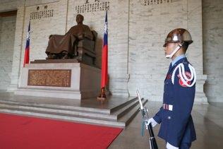 中正紀念堂は衛兵さんが微動だにせずにまるで蝋人形のように立っています。