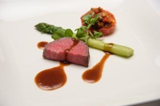 夕食はアニバーサリーディナーです。「抵糖質」をテーマに創られた8品のフルコース料理です。