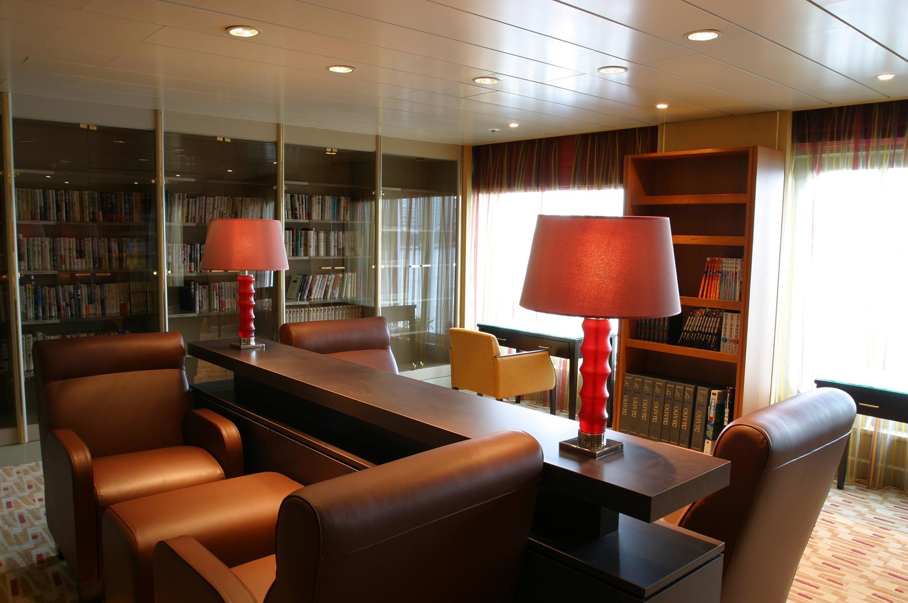 幅広いジャンルをそろえた静かな図書室