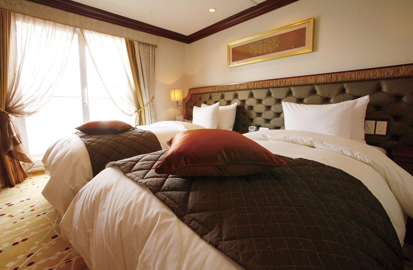 旅の疲れをいやしてくれる広々としたベッドルーム