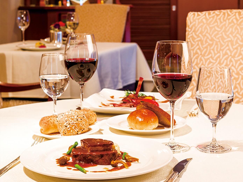 美食を堪能するディナーと華麗なエンターテイメント
