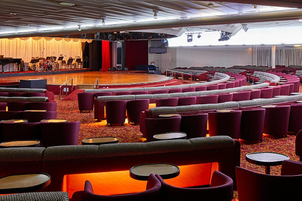夜はショー、昼は講演などに使われる大ホール