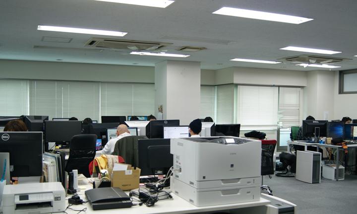 自由な働き方を実施しているためか、机の配置もゆったりとしている