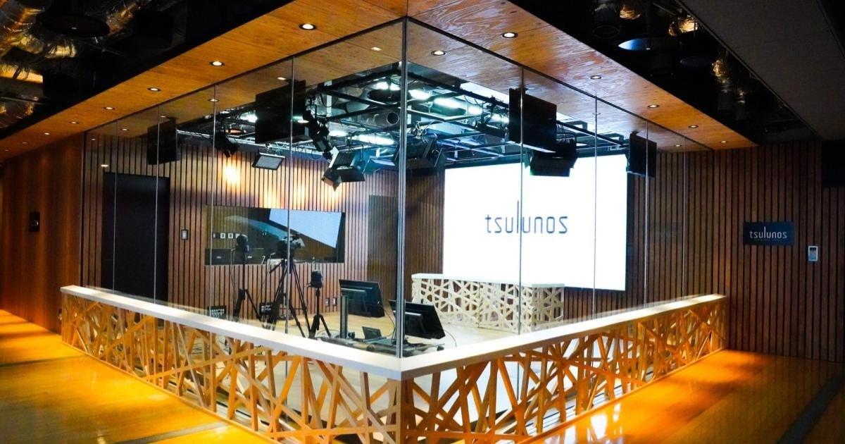 地方公共団体として群馬県の行政を司る群馬県庁。情報発信に注力するという山本一太知事の公約に基づき2020年4月に群馬県庁32階展望ホールに「tsulunos(群馬県動画・放送スタジオ)」が新設されました。