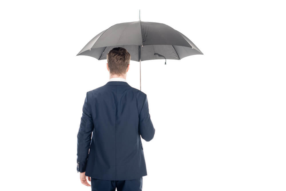 黒い傘をさす男性