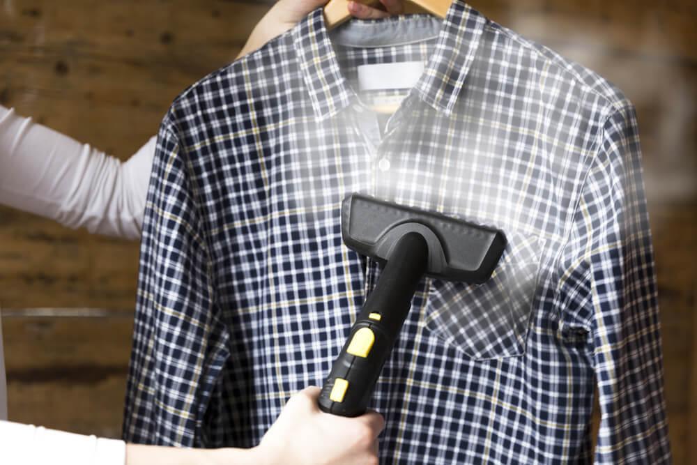 シャツにスチームアイロンをかける女性