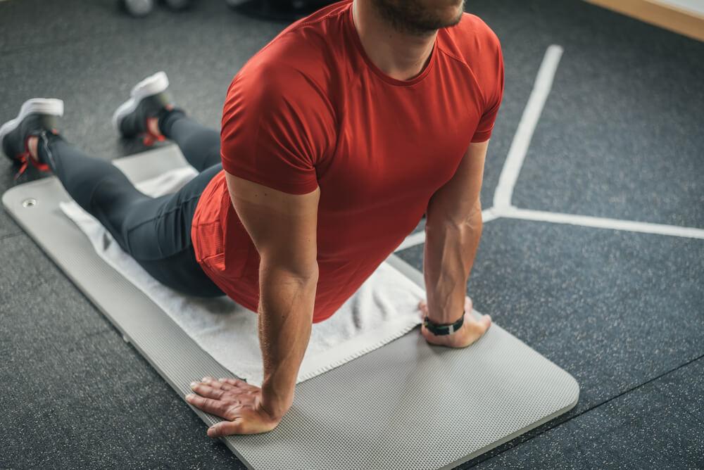 腹筋のストレッチをする男性