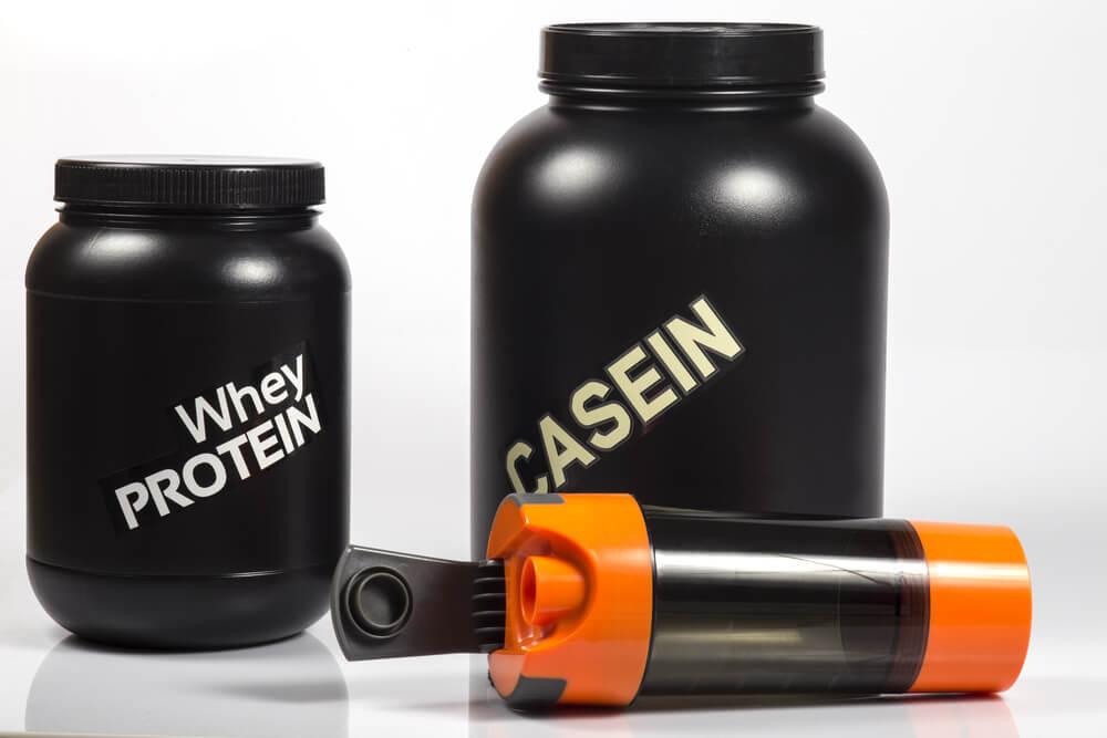 黒い容器に入ったホエイプロテインとカゼインプロテイン