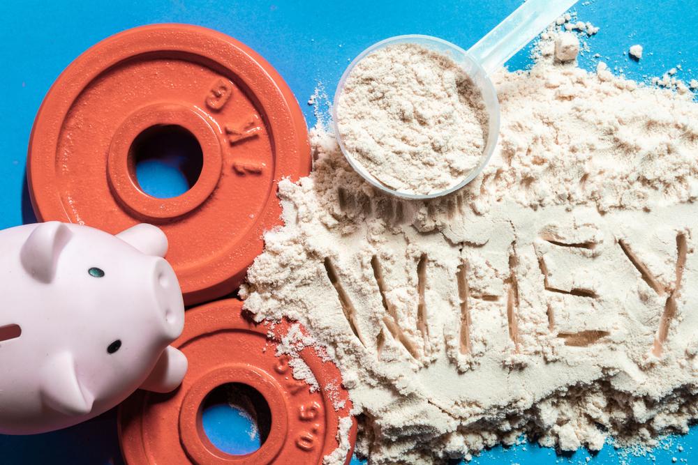 ホエイプロテインと豚の貯金箱