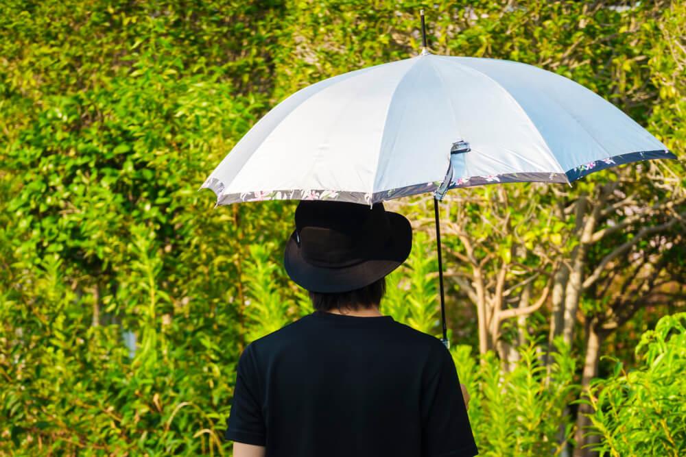 日傘をさした男性