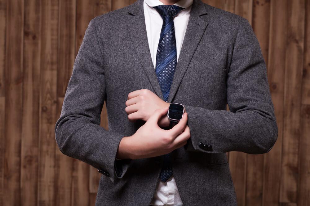 スーツを着てやる気に満ち溢れている男性