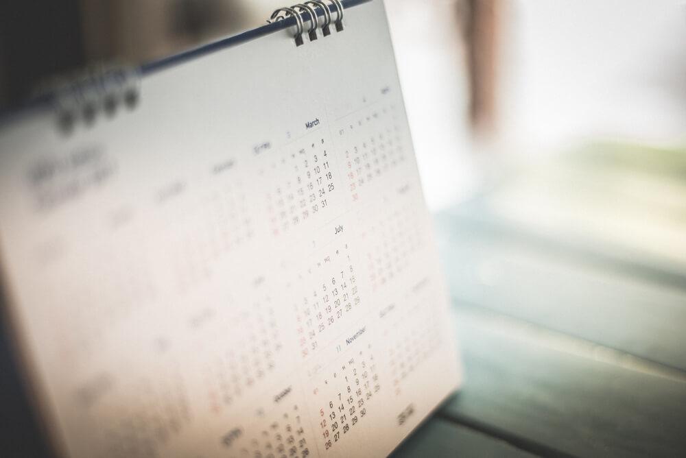 机の上に置かれたカレンダー