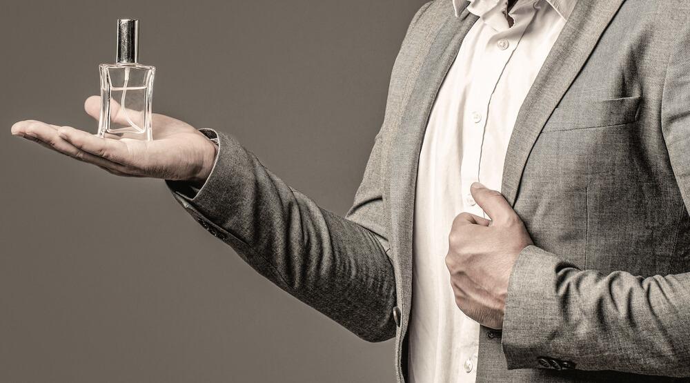 香水を手のひらにのせる男性