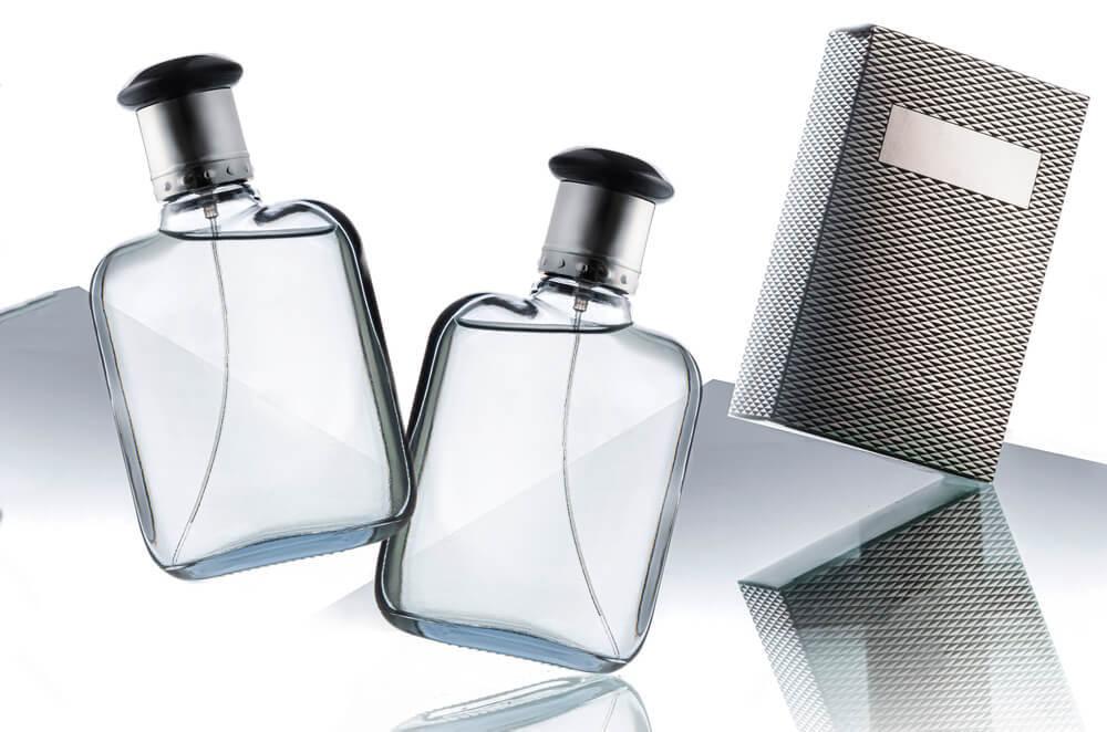 透明の香水ボトルと箱