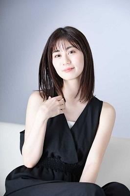 黒い服を着る小川優衣ちゃん