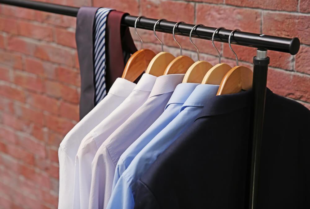 ラックに並ぶスーツとシャツ