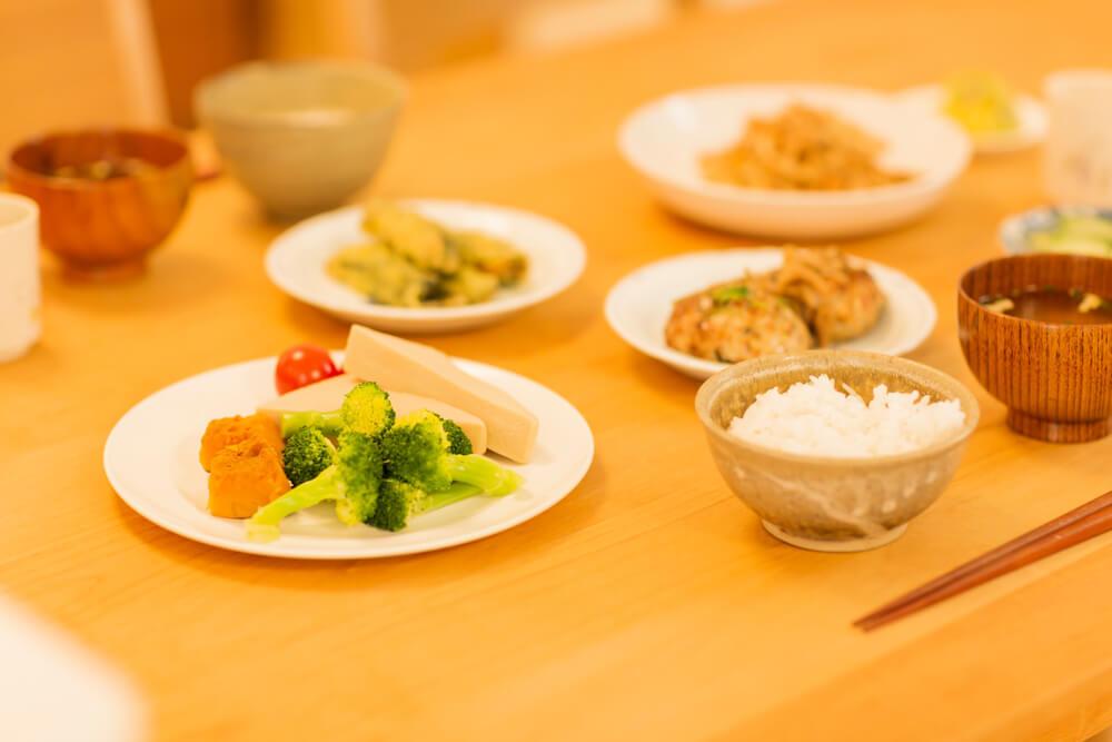テーブルに準備された夕食